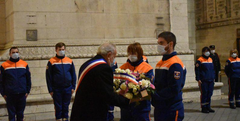 Le maire de Villennes-Sur-Seine, Jean-Pierre LAIGNEAU dépose la gerbe de fleurs avec les secouristes de la Protection Civile.
