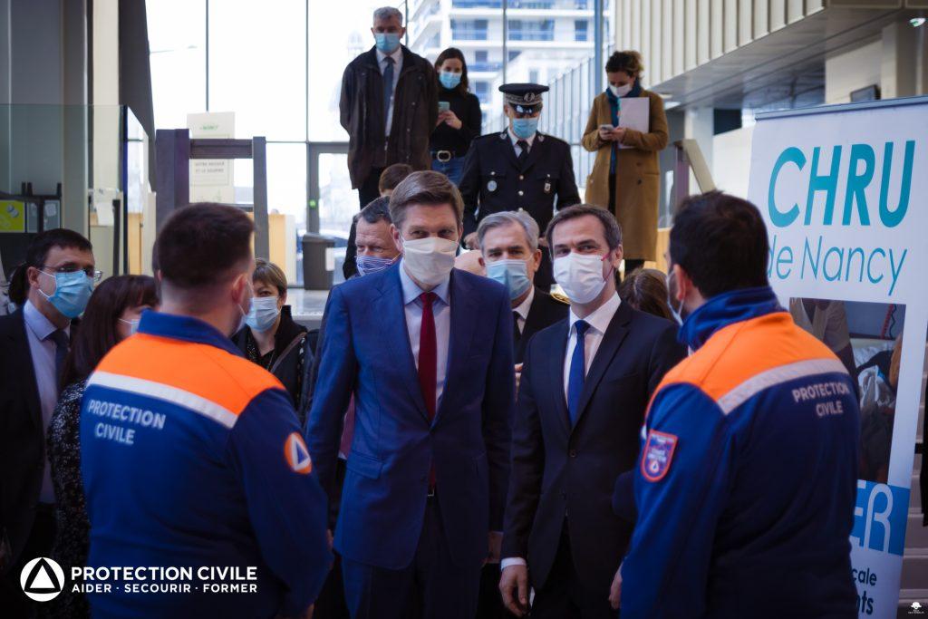 Olivier Véran visite un centre de vaccination tenu par la Protection Civile